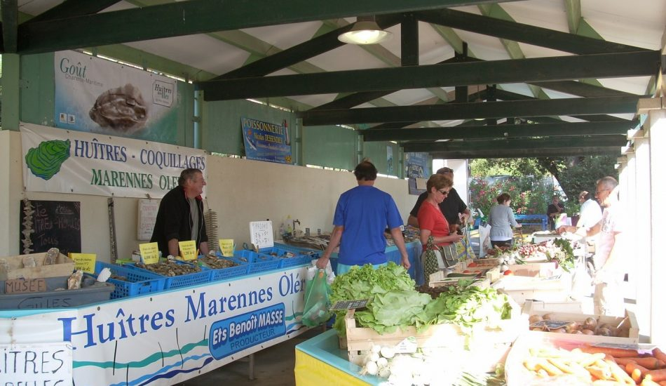 marché Grand Village Plage en face du camping